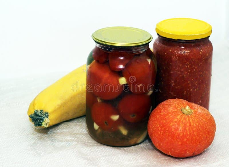 Tomates conservados caseiros no frasco e na abóbora fotografia de stock royalty free