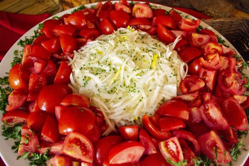Tomates cortados con las cebollas blancas foto de archivo libre de regalías