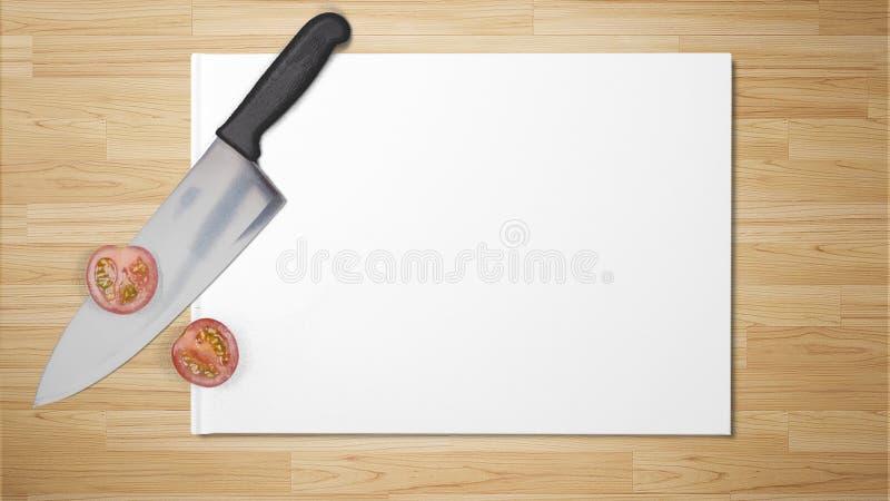 Tomates coupées avec le couteau pointu sur le livre blanc sur le fond en bois image libre de droits