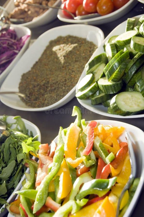 Tomates coupées en tranches de légumes avec l'épice Jérusalem photos stock
