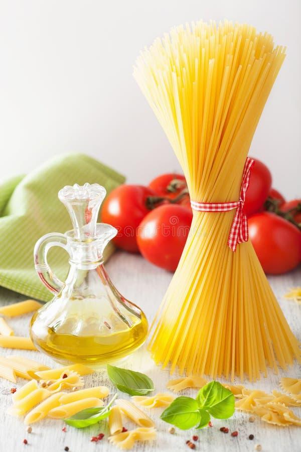 Tomates crus do azeite da massa Culinária italiana imagem de stock