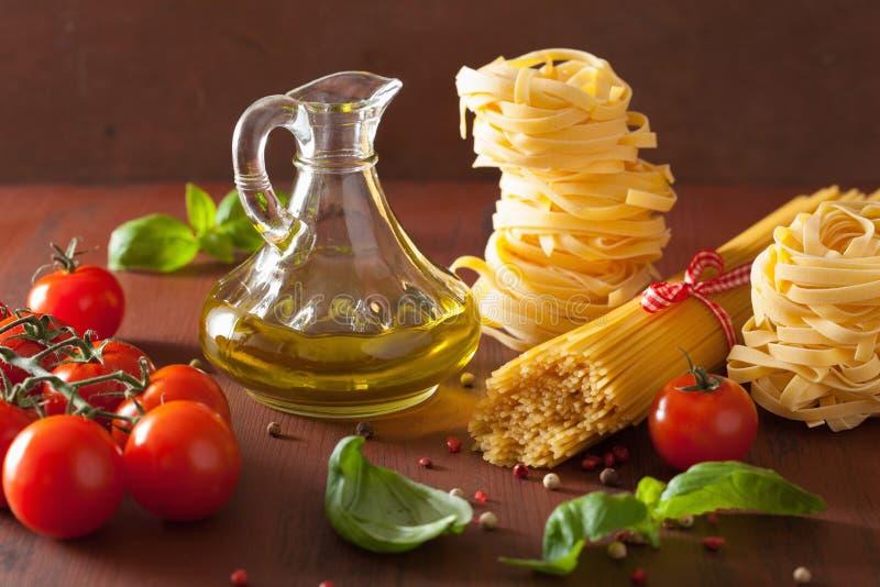 Tomates crus do azeite da massa culinária italiana na cozinha rústica foto de stock