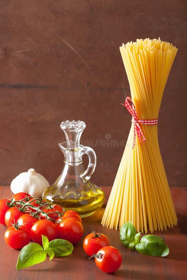 Tomates crus do azeite da massa culinária italiana na cozinha rústica fotos de stock