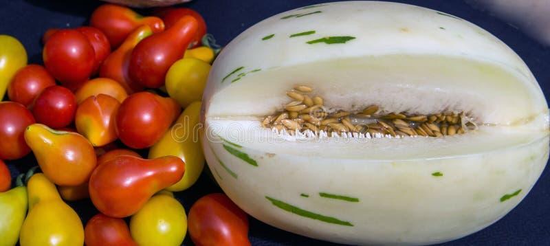 Tomates cultivées fraîches d'une larme de neige de melon unique de léopard image libre de droits