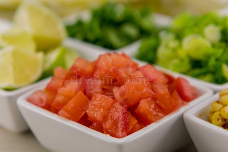 Tomates découpées dans la cuvette blanche photographie stock