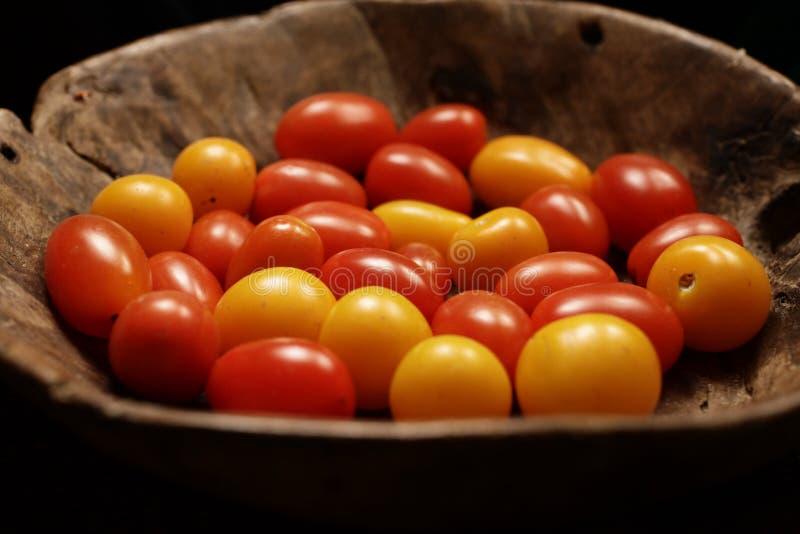 Tomates d'un plat en bois photos libres de droits