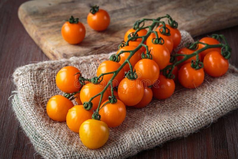 Tomates de cereja alaranjados frescos imagem de stock