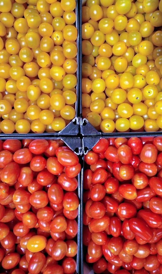 Tomates de cereja amarelos e vermelhos fotografia de stock royalty free