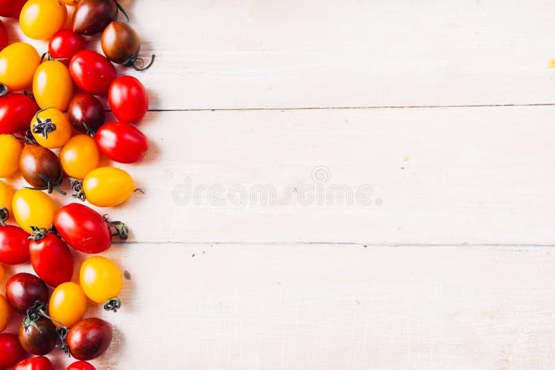 Tomates de cereja coloridos imagem de stock