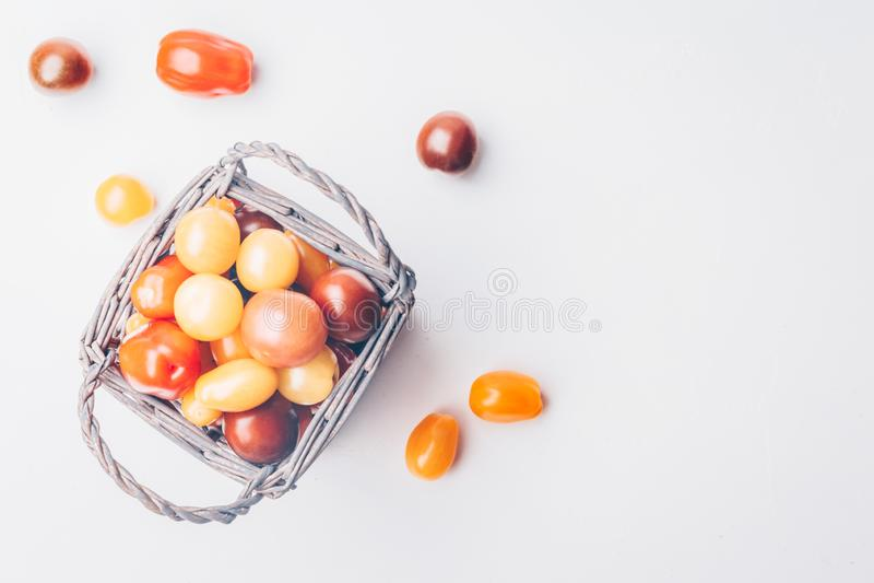 Tomates de cereja da herança no concreto branco imagens de stock