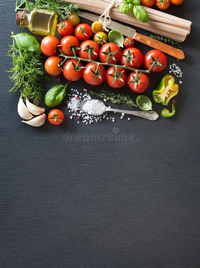 Tomates de cereja, ervas, massa e azeite imagem de stock royalty free