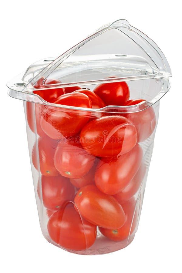 Tomates de cereja, frescos e maduros, num recipiente de plástico transparente com tampa aberta, isolados sobre fundo branco fotografia de stock royalty free