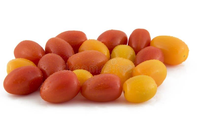 Tomates de cereja isolados na foto branca do fundo Pi bonito imagem de stock royalty free