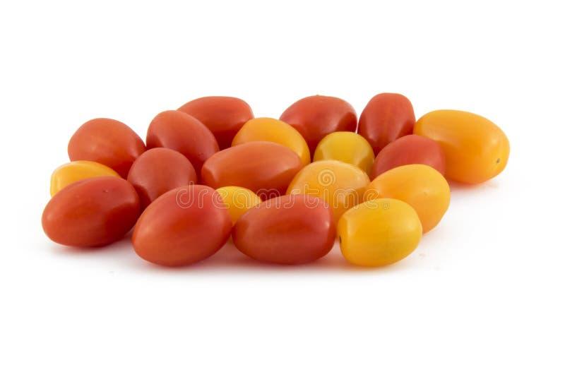 Tomates de cereja isolados na foto branca do fundo Pi bonito fotos de stock royalty free