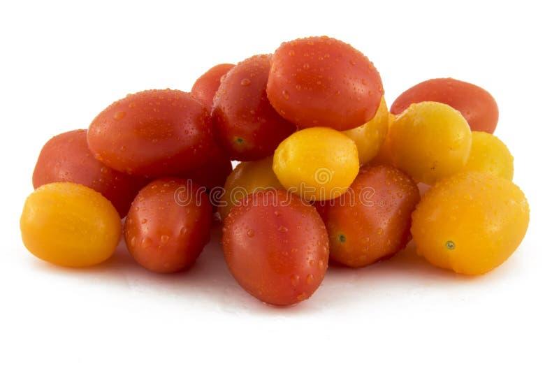 Tomates de cereja na foto branca do fundo Pi bonito foto de stock