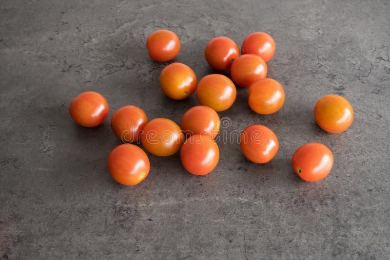 Tomates de cereja no armário concreto cinzento da cozinha fotografia de stock