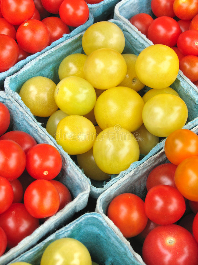 Tomates de cereja no mercado dos fazendeiros fotos de stock