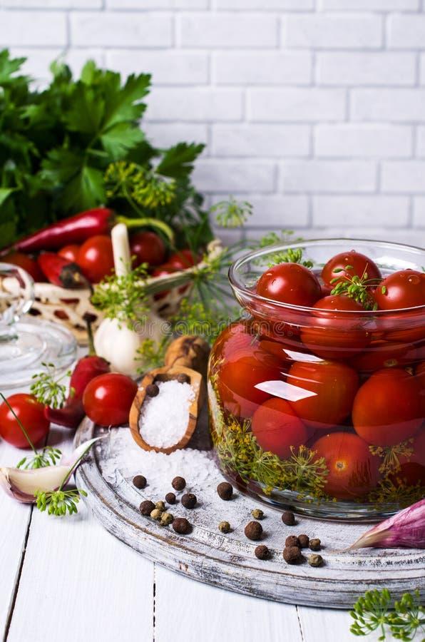 Tomates de cereja postos de conserva foto de stock