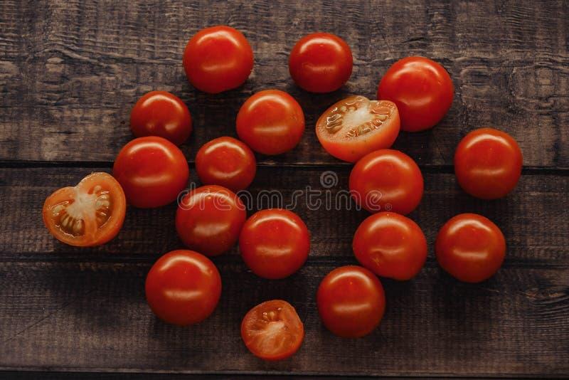 tomates de cereja saborosos em um suporte de madeira, fundo de madeira imagens de stock