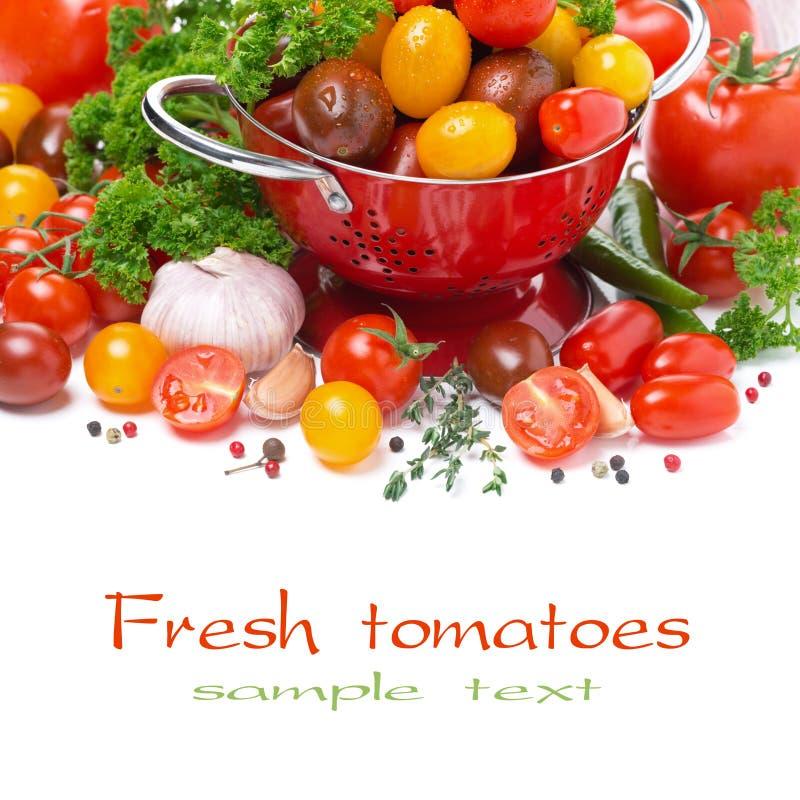 Tomates de cereza, ajo, especias e hierbas clasificados, primer fotos de archivo