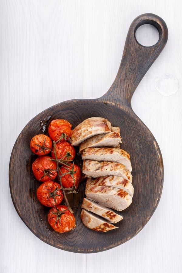 Tomates de cereza asados y pechuga de pato frita imagen de archivo libre de regalías