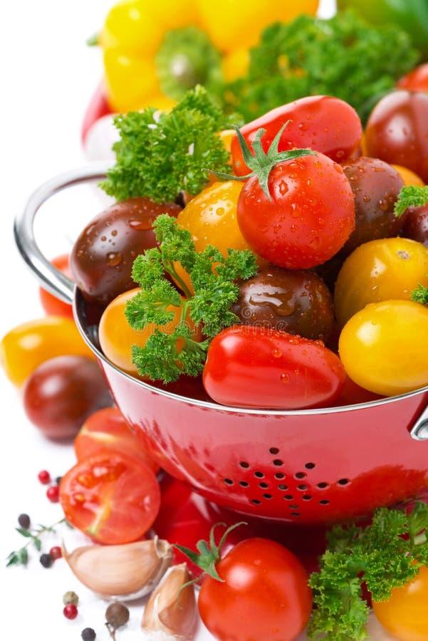Tomates de cereza clasificados en un colador imagenes de archivo