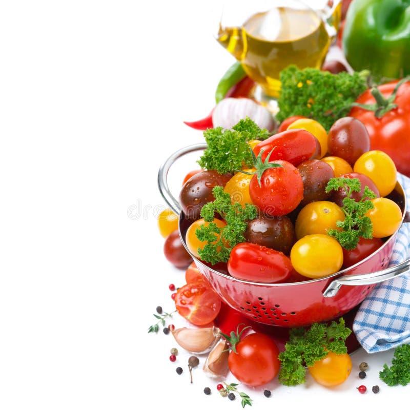 Tomates de cereza clasificados, especias, aceite de oliva imágenes de archivo libres de regalías