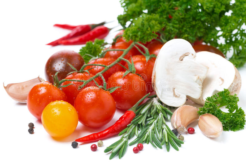 Tomates de cereza coloreados, setas, hierbas frescas y especias imagenes de archivo