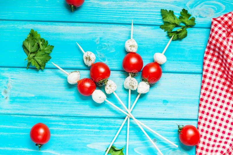 Tomates de cereza con la mozzarella en un palillo imagen de archivo libre de regalías