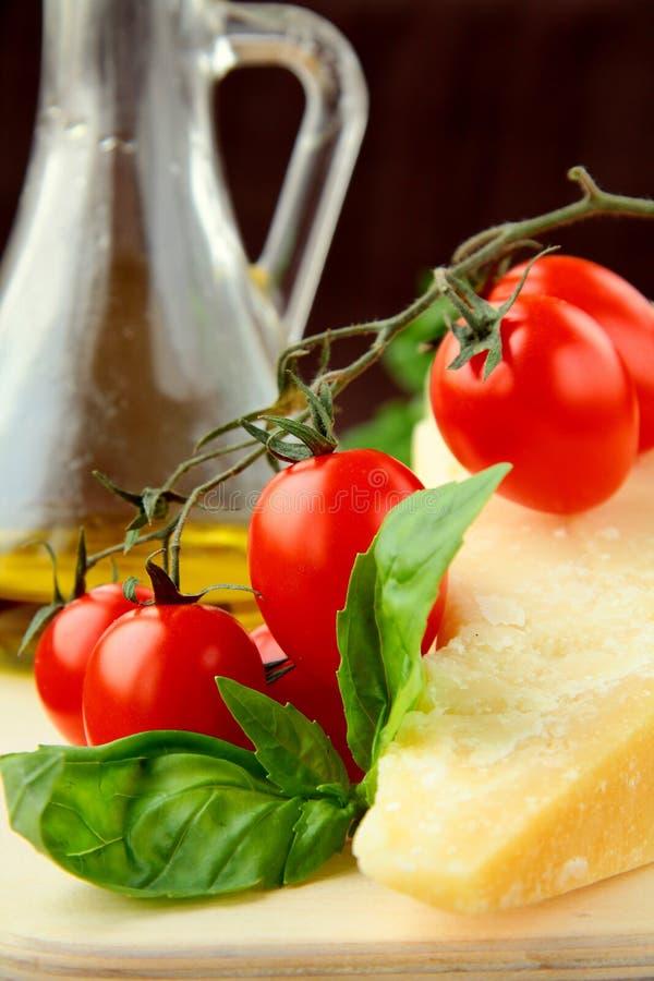Tomates de cereza del aceite de oliva del queso de parmesano fotografía de archivo libre de regalías