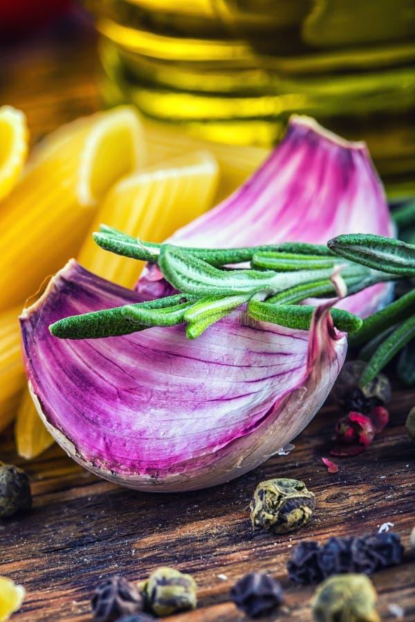 Tomates de cereza del ajo del tomillo de la pimienta del penne de los tallarines de las pastas de la cocina y aceite de oliva med imagenes de archivo