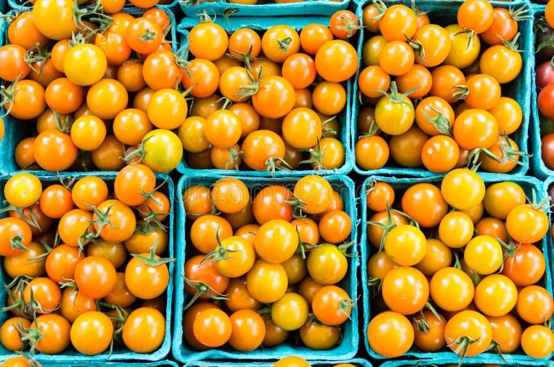 Tomates de cereza en cestas en el mercado fotografía de archivo