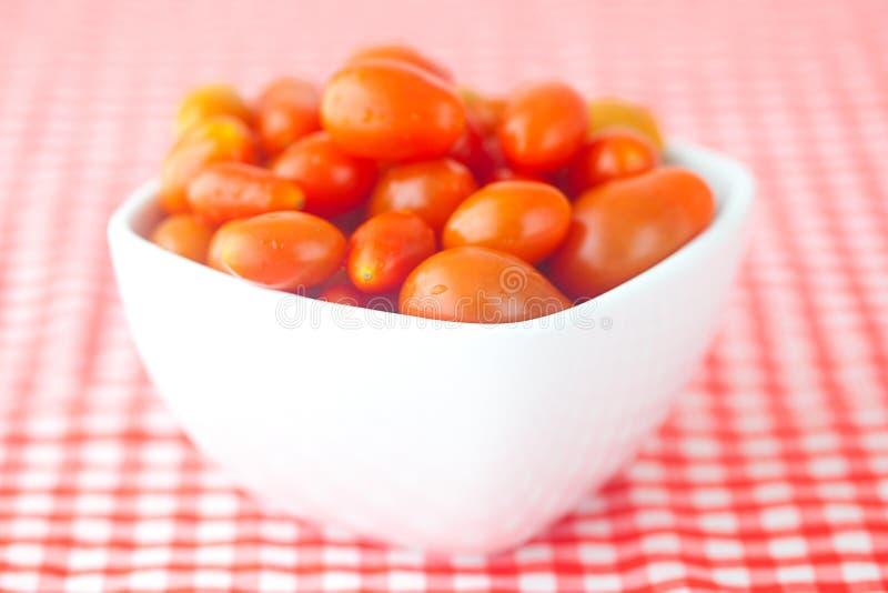 Tomates de cereza en cuenco foto de archivo