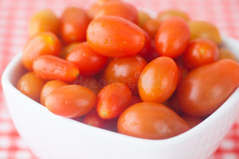 Tomates de cereza en cuenco fotos de archivo libres de regalías