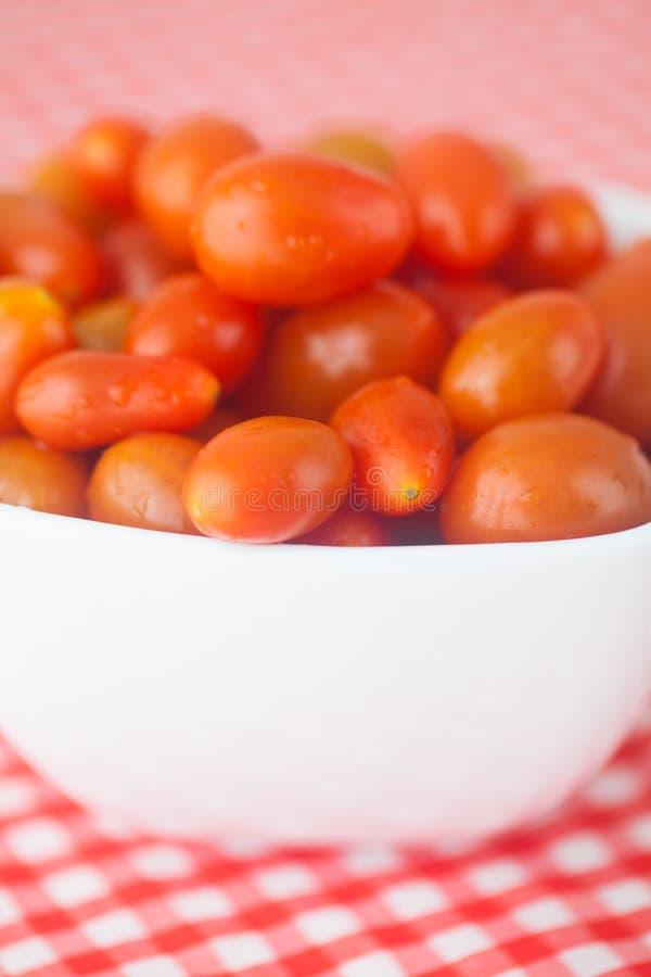 Tomates de cereza en cuenco fotografía de archivo