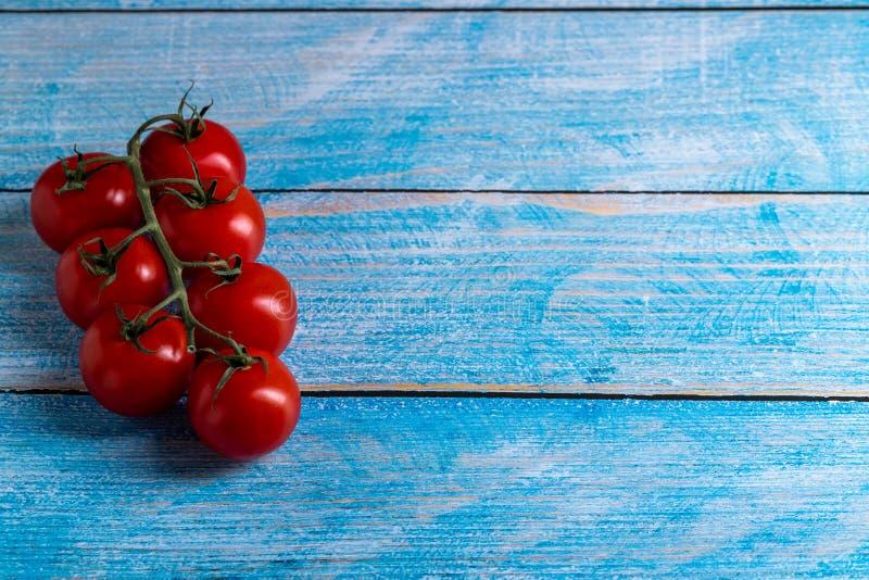 Tomates de cereza en la tabla de madera foto de archivo libre de regalías