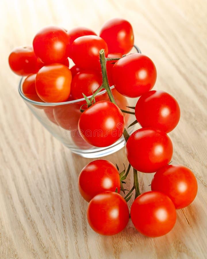 Tomates de cereza en un bol de vidrio fotografía de archivo