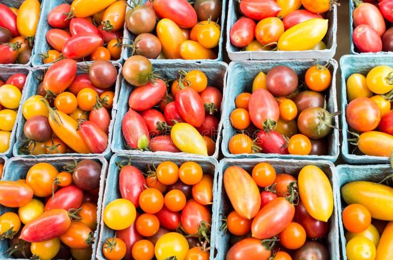 Tomates de cereza frescos en cestas imagen de archivo libre de regalías