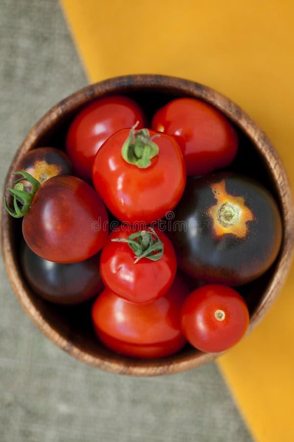 Tomates de cereza rojos maduros fotografía de archivo libre de regalías