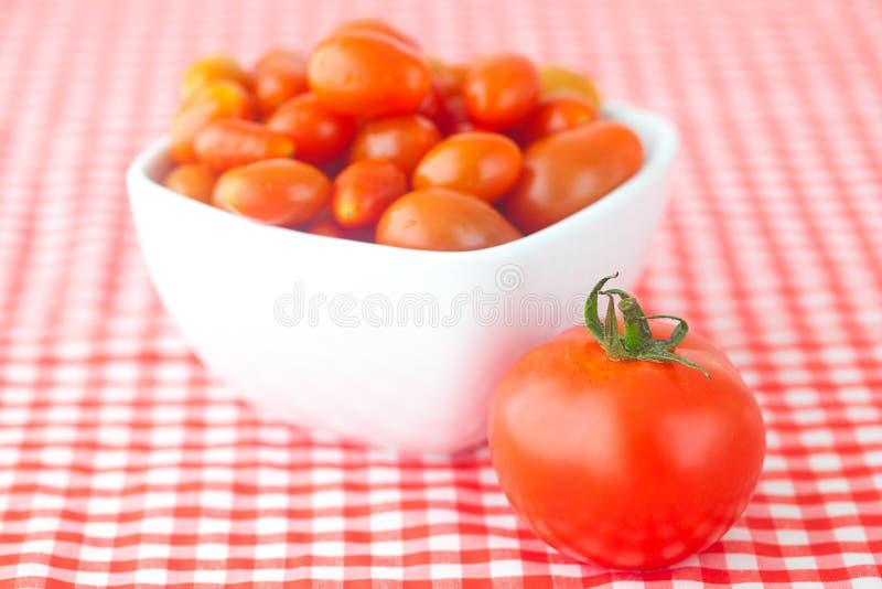 Tomates de cereza y tomates foto de archivo