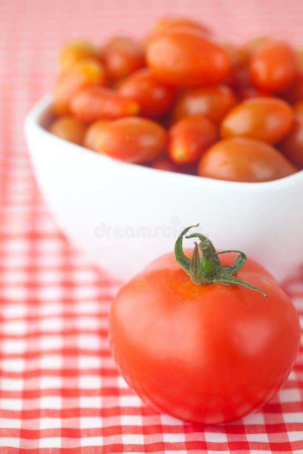 Tomates de cereza y tomates imagen de archivo