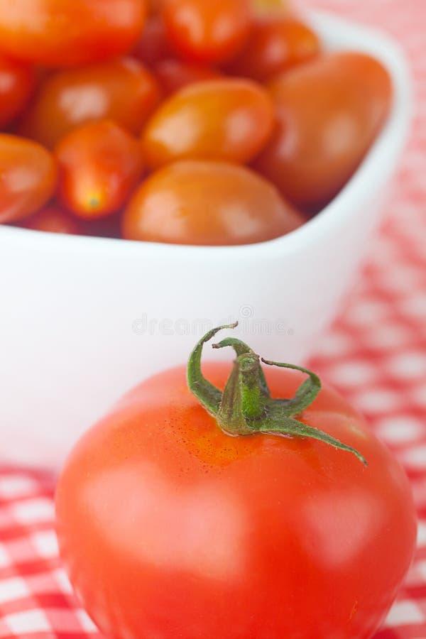 Tomates de cereza y tomates fotografía de archivo
