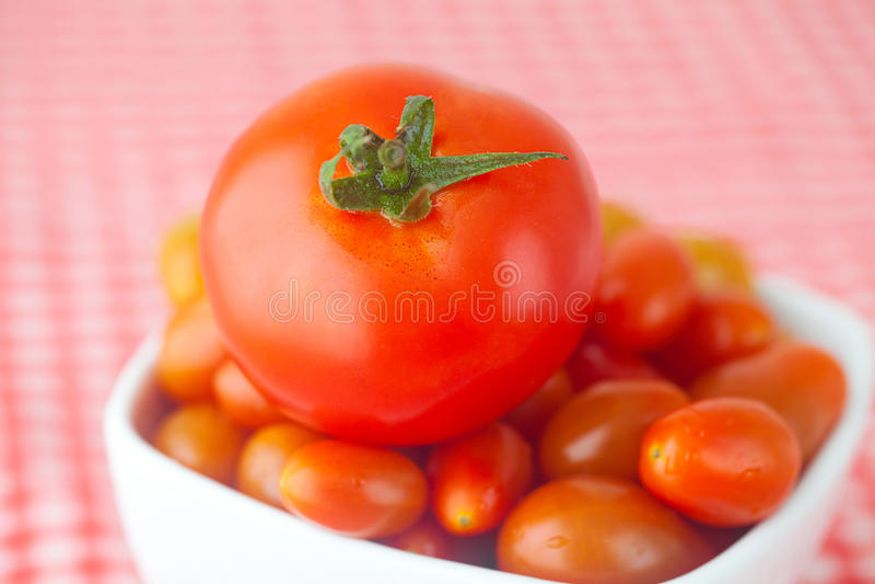 Tomates de cereza y tomates imagenes de archivo