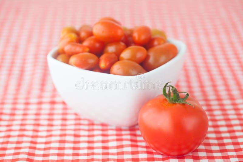 Tomates de cereza y tomates en cuenco fotografía de archivo libre de regalías