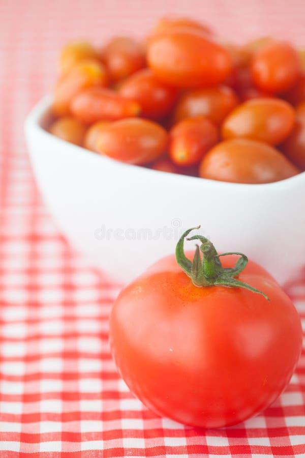 Tomates de cereza y tomates en cuenco imágenes de archivo libres de regalías