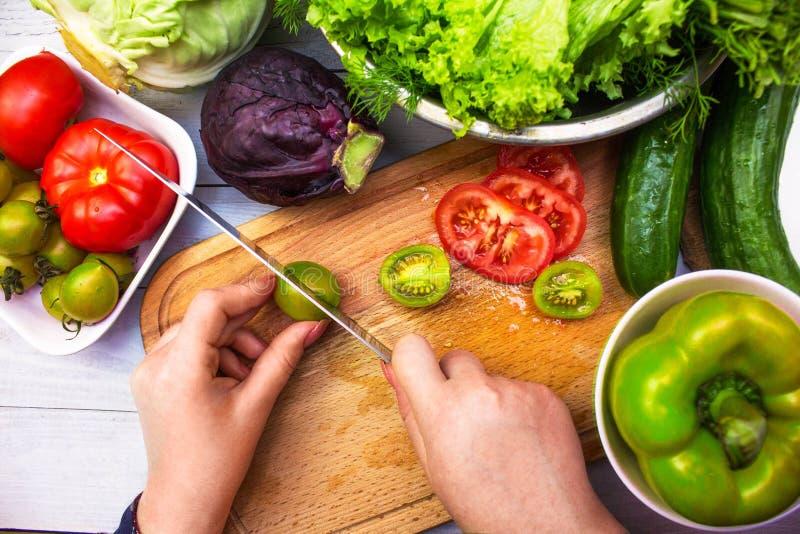 Tomates de coupe pour une salade végétale image libre de droits