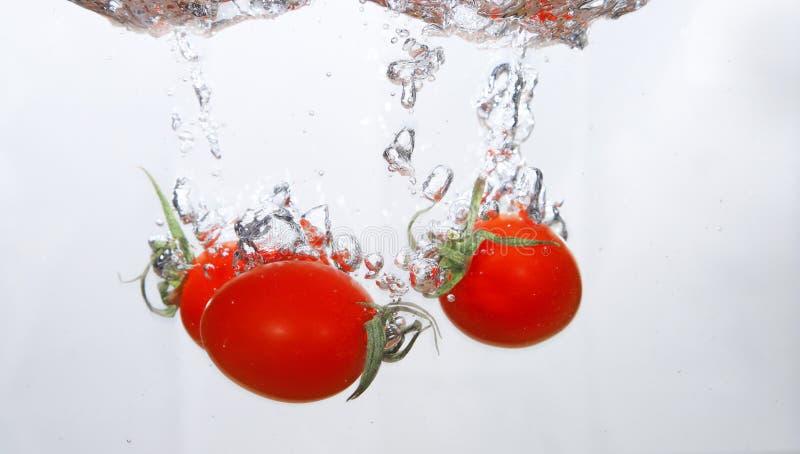 Tomates de la uva en el agua foto de archivo libre de regalías