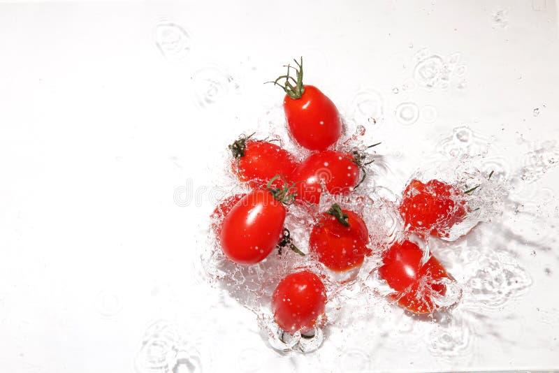 Tomates de raisin dans l'eau images stock
