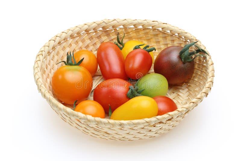 Tomates de raisin dans un panier image stock