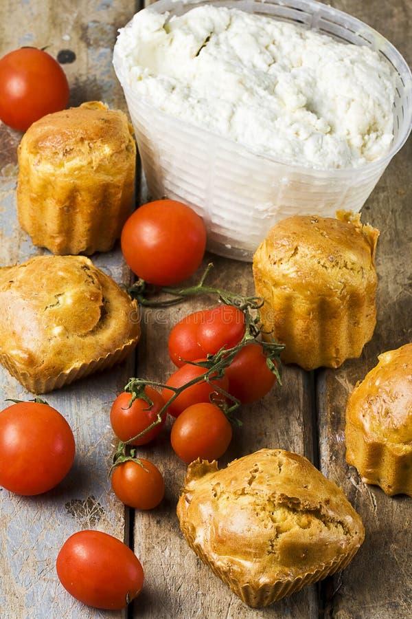 Tomates del Ricotta de los molletes en la tabla rústica fotos de archivo